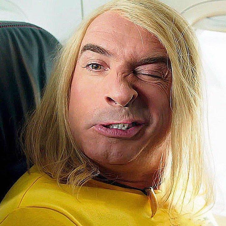 brice de nice grimace dans l'avion